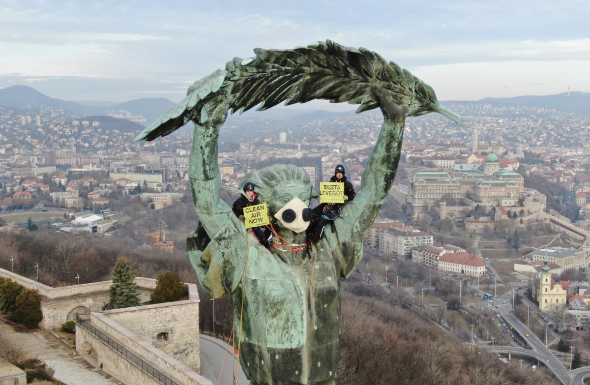 """Greenpeace-aktivisták hatalmas """"Tiszta levegőt!""""–feliratot függesztettek ki a budapesti Szabadság-szoborra 2019. február 26-án."""