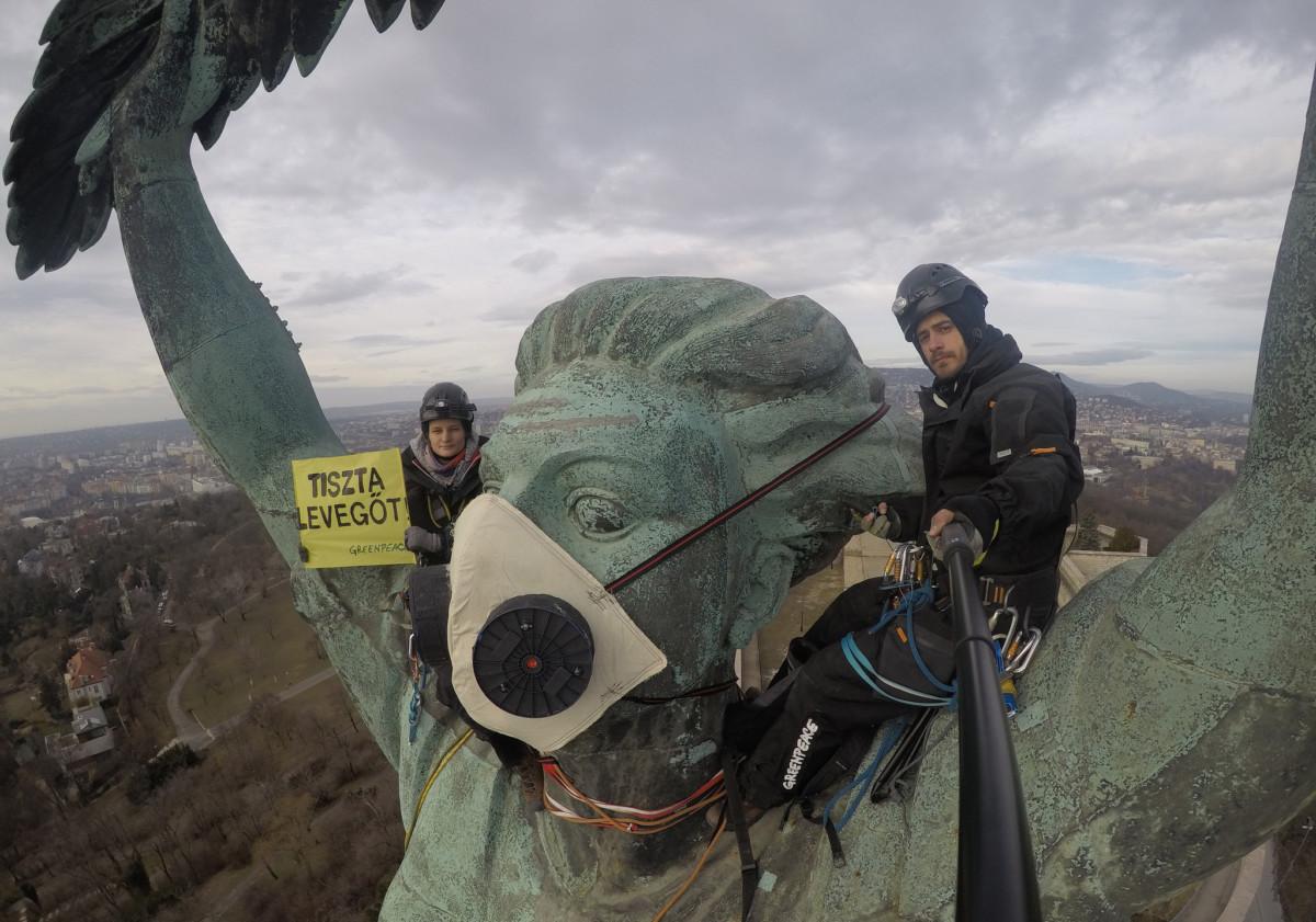 Greenpeace-aktivisták felmásztak a budapesti Szabadság-szoborra 2019. február 26-án.