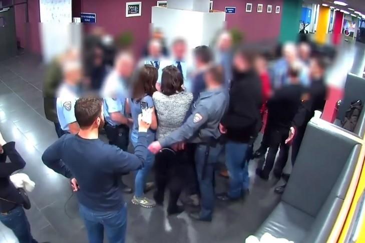 Egy MTVA-s videó szerint nem Hadházy Ákos kezdte a birkózást az őrökkel a közmédiánál