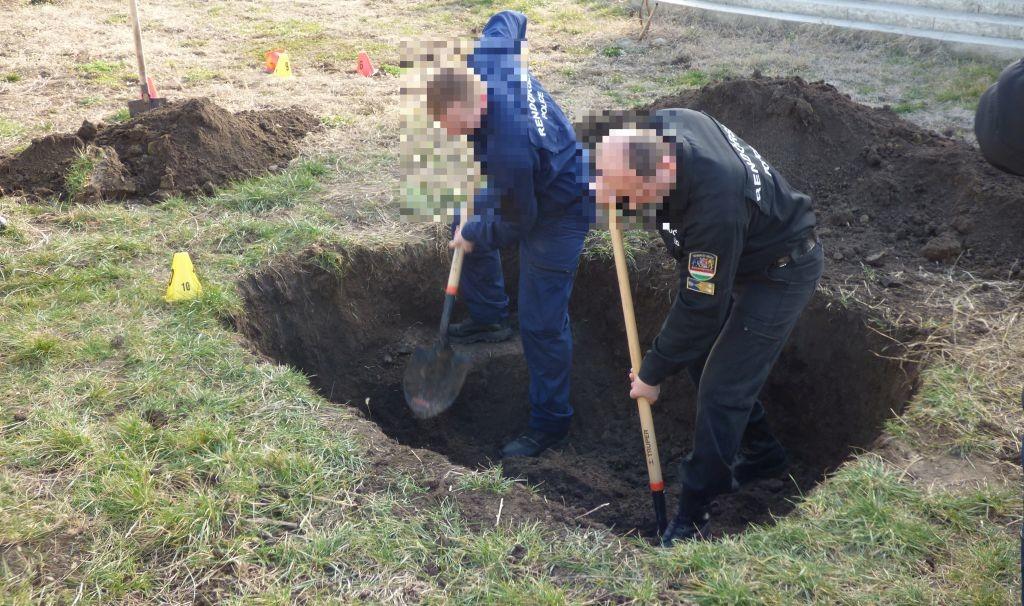 Rendőrök keresik a holttestet a szegedi háznál.