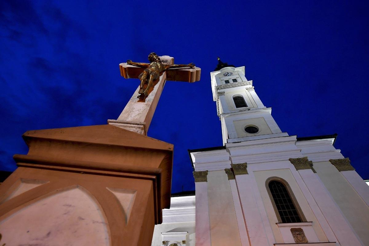 Feszület a mezőkövesdi Szent László római katolikus templom előtt nagyszombat este, 2018. március 31-én.