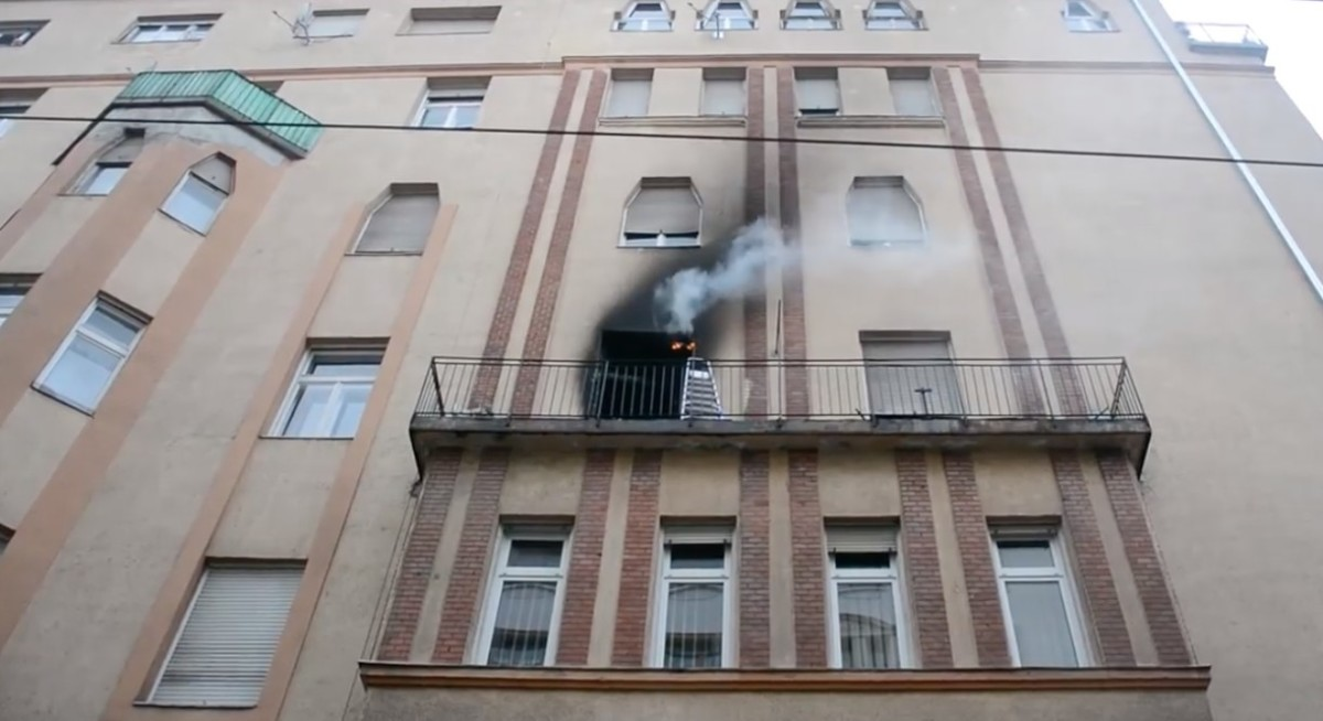 Kigyulladt egy több emeletes ház lakása Budapesten