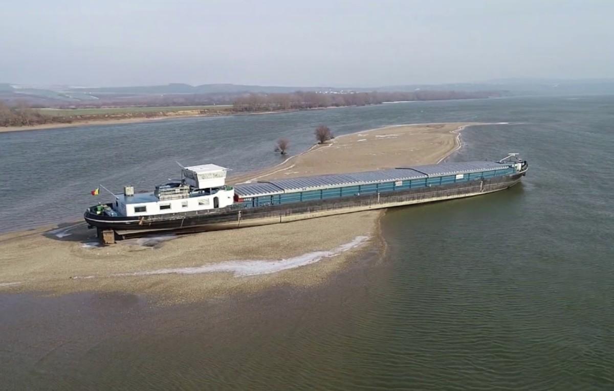 Zátonyra futott egy hajó a Dunán Esztergomnál, grillcsirkével etetik a magányos matrózt