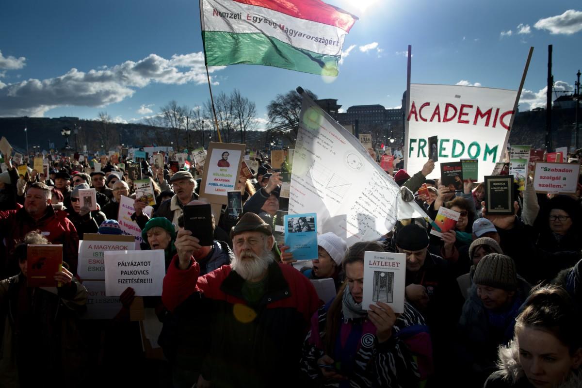 A Magyar Tudományos Akadémia (MTA) tervezett átalakítása ellen tüntetnek az Akadémiai Dolgozók Fóruma Élőlánc a tudományért címmel meghirdetett demonstrációjának résztvevői az MTA székháza előtt Budapesten 2019. február 12-én.