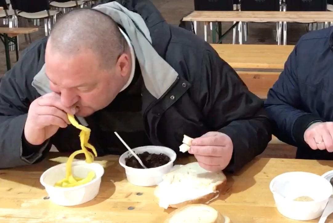 Németh Szilárd most disznóvér-evést élőzött a Facebookon