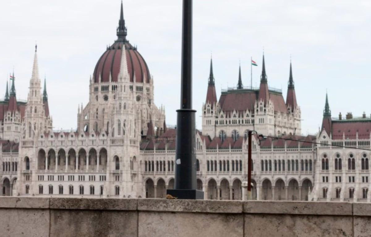 Rejtélyes sperma alakú O1G-szobor tűnt fel a Parlamenttel szemben