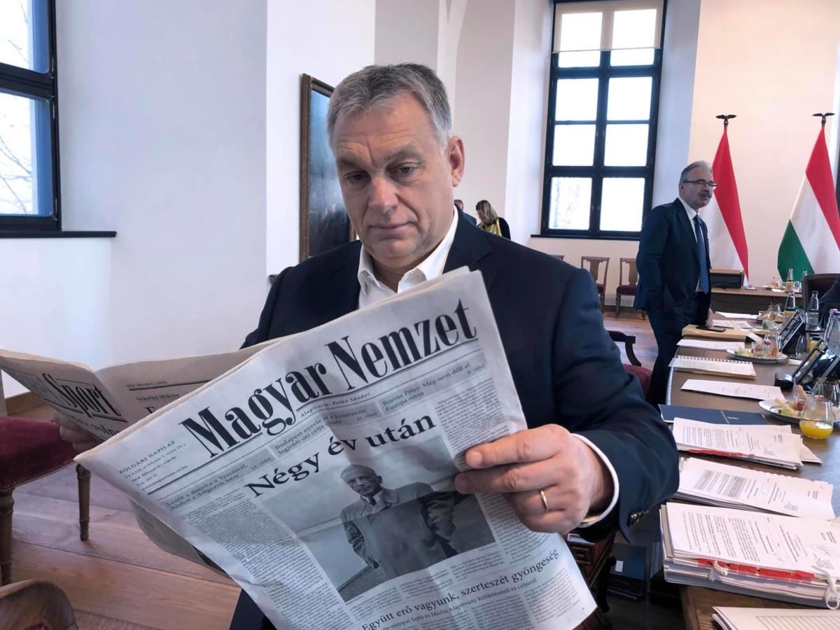 Orbán Viktor olvassa az újraindult Magyar Nemzet első számát.