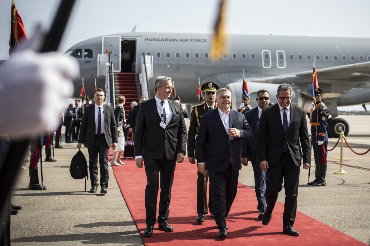 A Miniszterelnöki Sajtóiroda által közreadott képen Orbán Viktor miniszterelnök (k) érkezik Sarm-es-Sejkbe 2019. február 24-én.