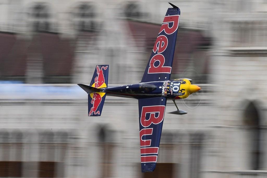 A Master Class kategória győztese, Kirby Chambliss amerikai pilóta Edge 540 típusú gépével repül a Duna felett a Red Bull Air Race budapesti futamán 2017. július 2-án.