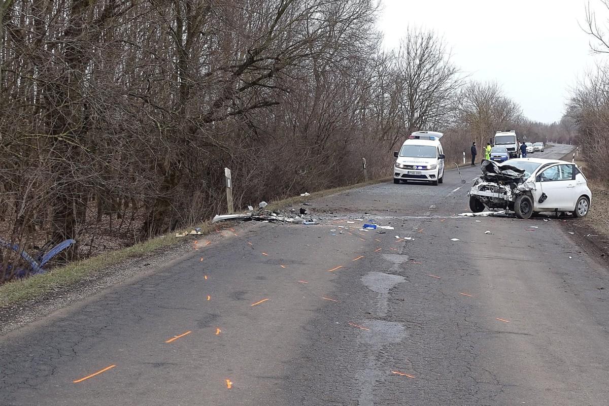 Ütközésben összetört személygépkocsik Gyula és Sarkad között 2019. február 3-án. A 4219-es számú úton történt balesetben az egyik járművezető a helyszínen meghalt.