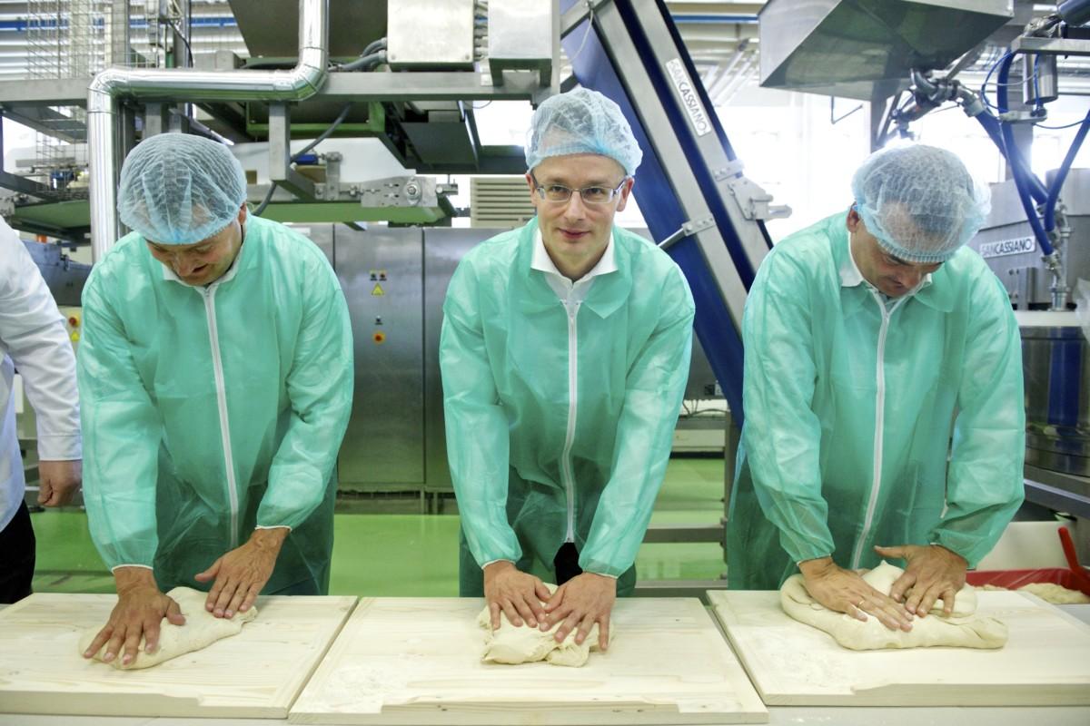 Szijjártó Péter a Chio-termékeket is gyártó Intersnack-vállalatcsoport két újabb gyártósorának avatóünnepségén 2014. április 3-án Győrben.