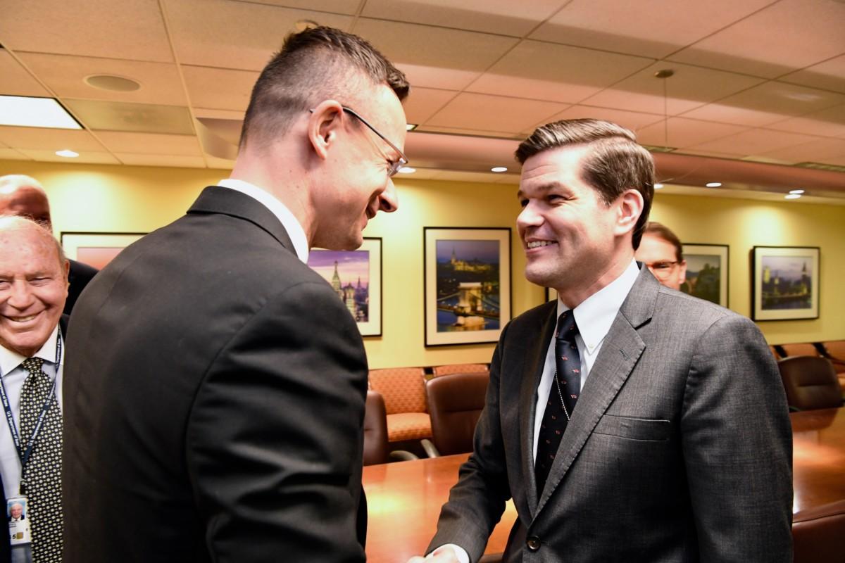 Szijjártó Péter külgazdasági és külügyminiszter (k) és Wess Mitchell európai és eurázsiai ügyekért felelős amerikai külügyi államtitkár (j) találkozója Washingtonban 2019. február 6-án.