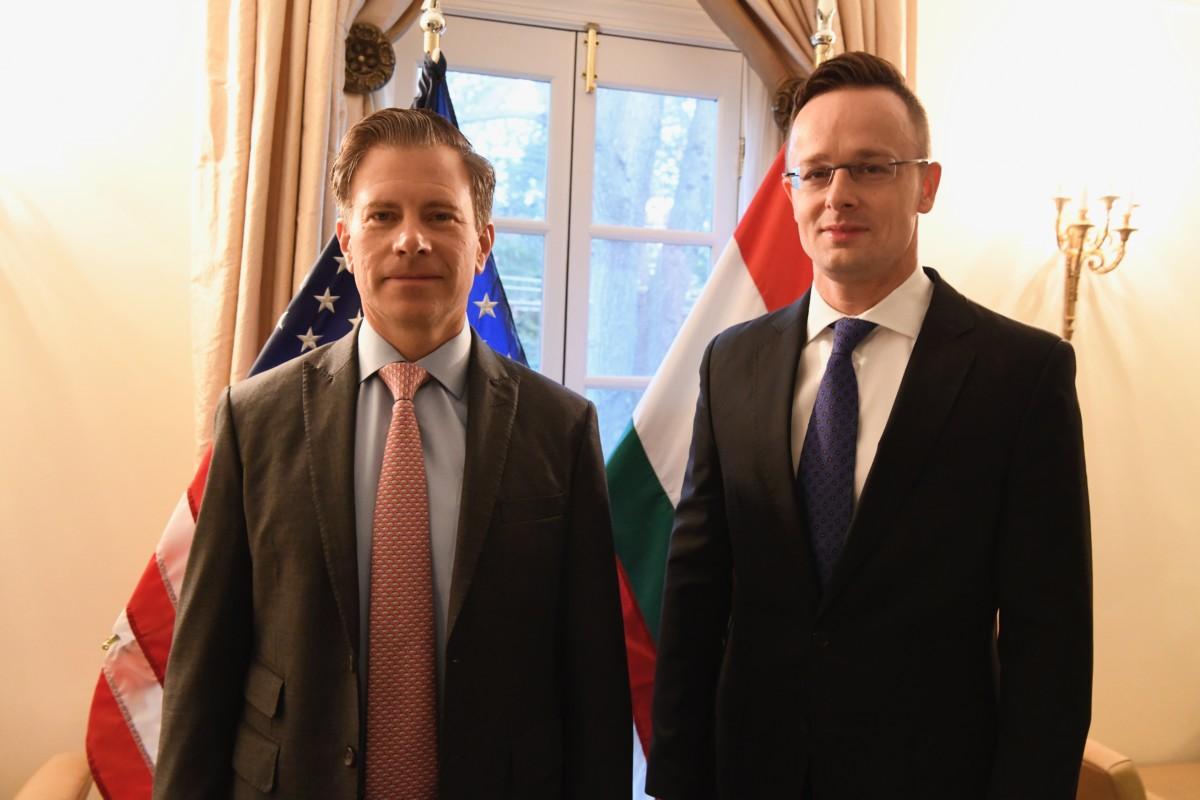 Szijjártó Péter külgazdasági és külügyminiszter (j) és Erik Bethel, a Világbank igazgatóságának amerikai képviselője Washingtonban 2019. február 6-án.