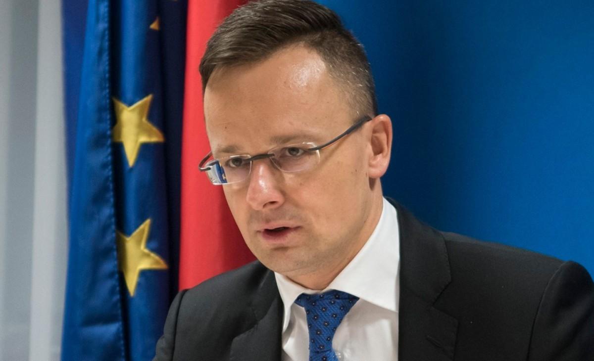 Szijjártó Péter külgazdasági és külügyminiszter nyilatkozik a sajtónak az uniós tagállamok és az Arab Liga országainak külügyminisztereinek tanácskozásán Brüsszelben 2019. február 4-én.
