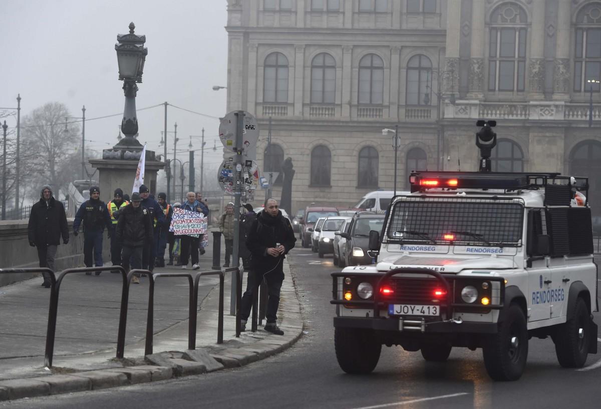 Résztvevők a Fiatalok a demokráciáért elnevezésű civil szerveződés hídfoglalása előtt Budapesten, a Lánchíd pesti hídfőjénél 2019. február 10-én.