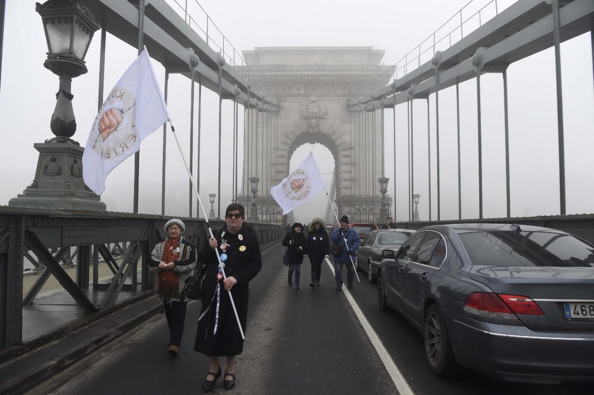 Résztvevők a Fiatalok a demokráciáért elnevezésű civil szerveződés hídfoglalásán a budapesti Lánchídon 2019. február 10-én.