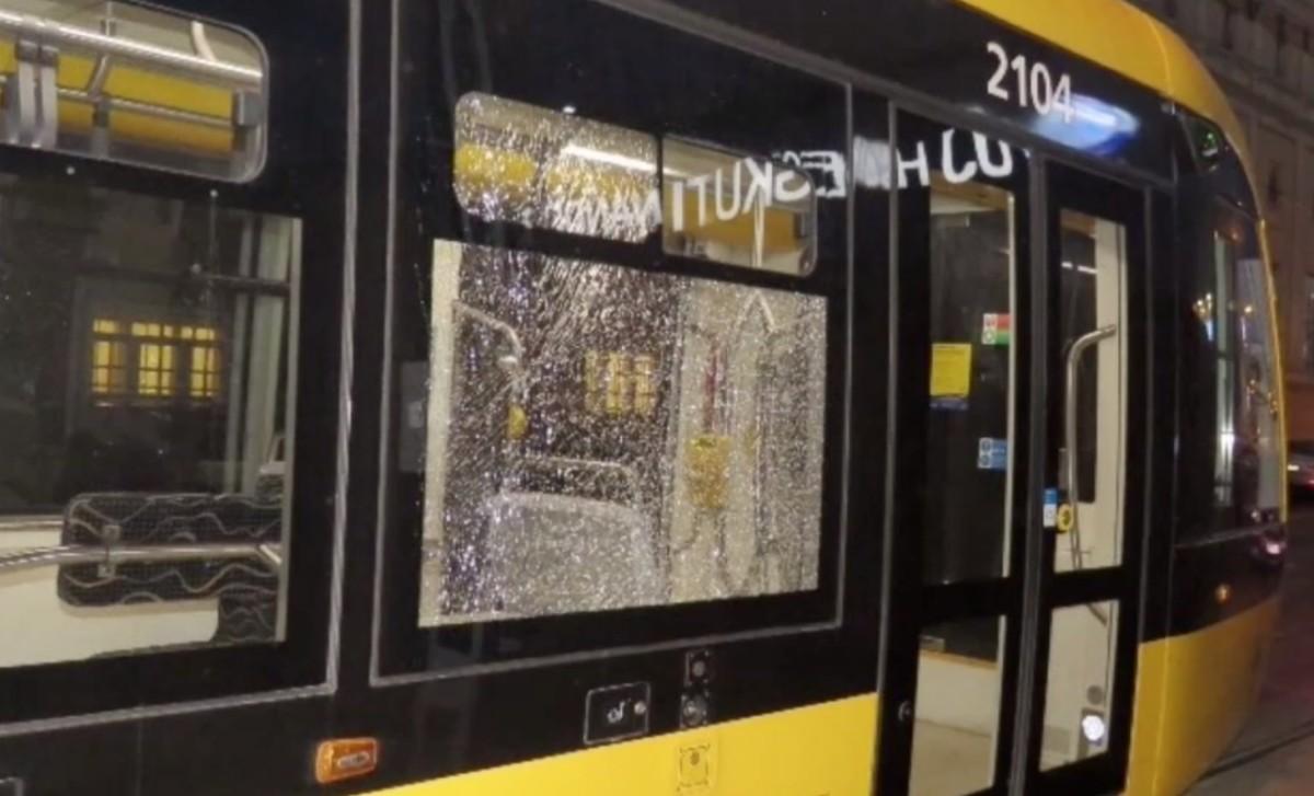 Megvertek egy utast az 1-es villamoson, videón az elkövetők