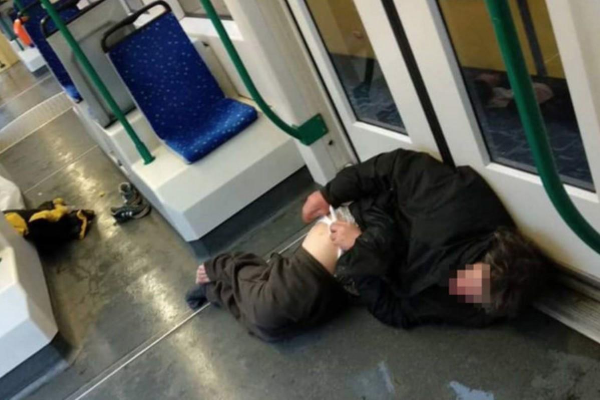 Blikk: önkívületben fetrengő, gusztustalan utasok piszkítják össze a budapesti villamosokat
