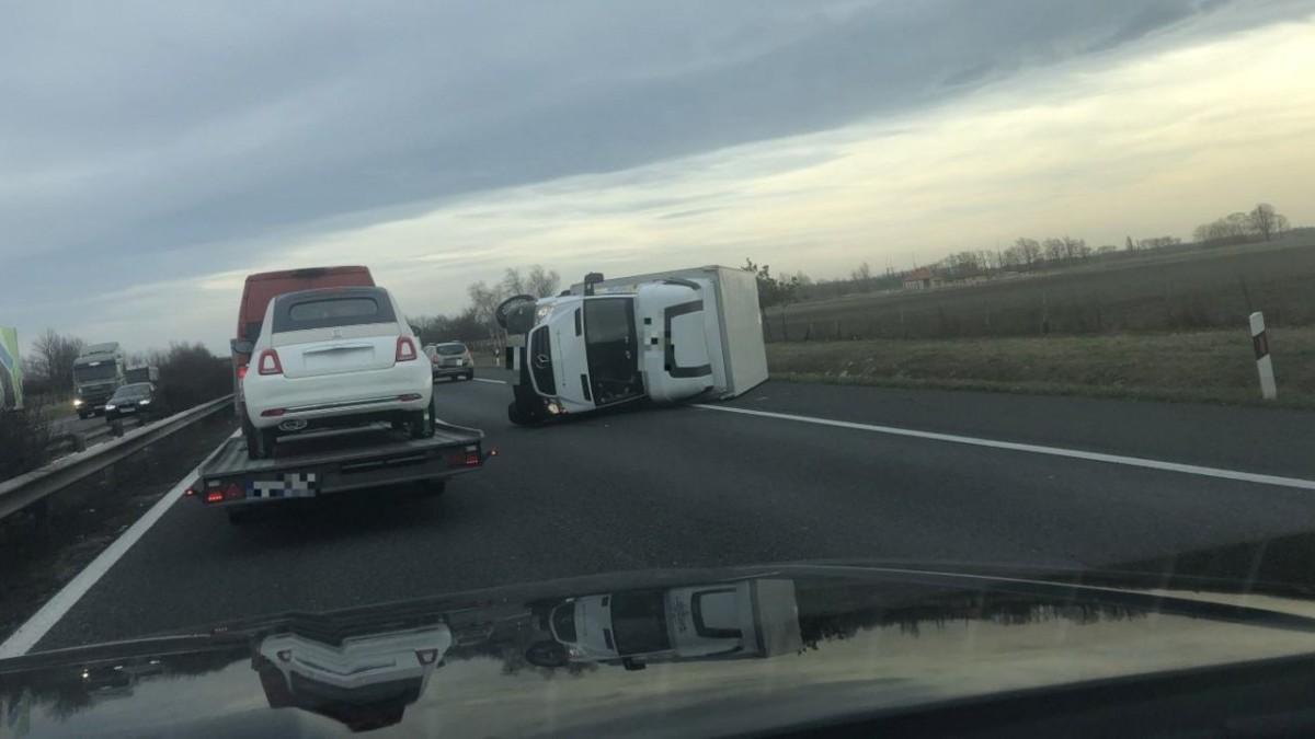 Pótkocsistul borított fel egy kisteherautót a viharos szél az M1-esen