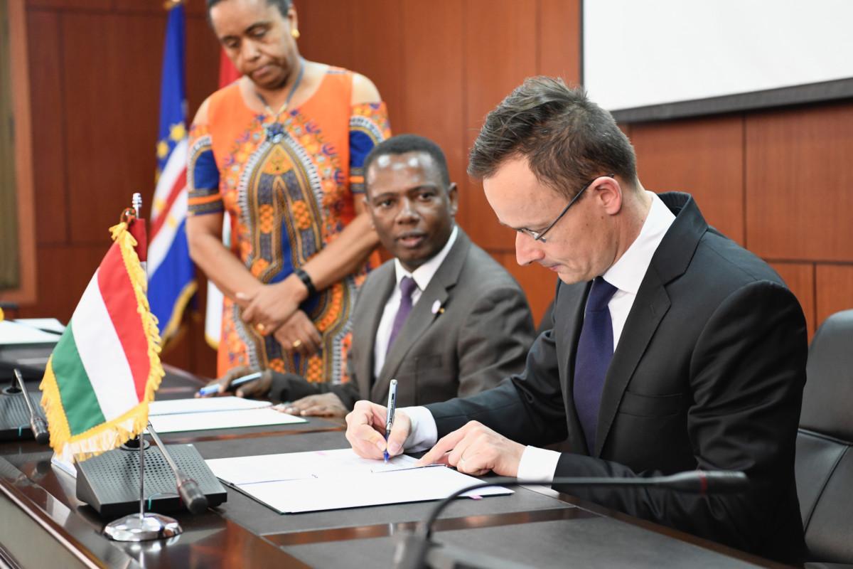 Szijjártó Péter külgazdasági és külügyminiszter (j) és Olavo Correia miniszterelnök-helyettes, pénzügyminiszter a kettős adóztatás elkerüléséről szóló egyezmény tárgyalásainak megkezdésére vonatkozó magyar-zöld-foki együttműködési szándéknyilatkozat aláírásán Praiában 2019. március 28-án.