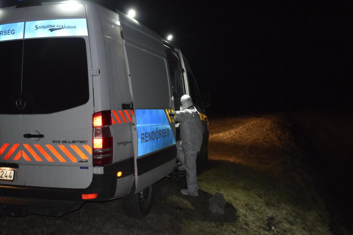 Rendőrök helyszínelnek Jászalsószentgyörgyön, ahol a feldarabolt hottestre bukkantak.