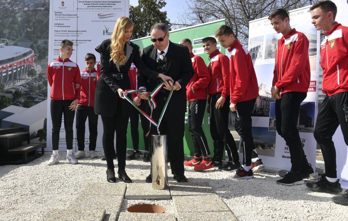 Szabó Tünde sportért felelős államtitkár és George F. Hemingway, a Budapest Honvéd labdarúgócsapat tulajdonosa az időkapszulát készülnek elhelyezni az új Bozsik Stadion alapkőletételi ünnepségén a XIX. kerületi Puskás Ferenc utcában 2019. március 21-én.