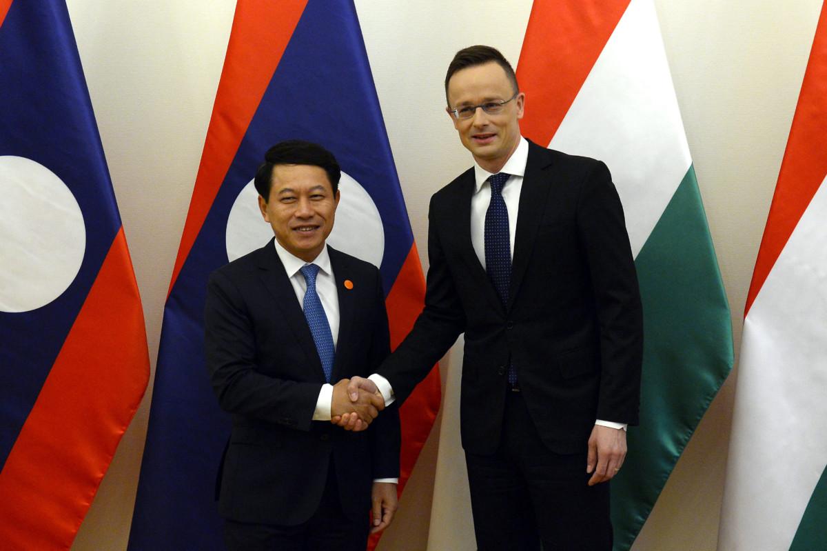 Szijjártó Péter külgazdasági és külügyminiszter (j) hivatalában fogadja Szaleumxay Kommaszitot, a Laoszi Népi Demokratikus Köztársaság külügyminiszterét 2019. március 11-én.