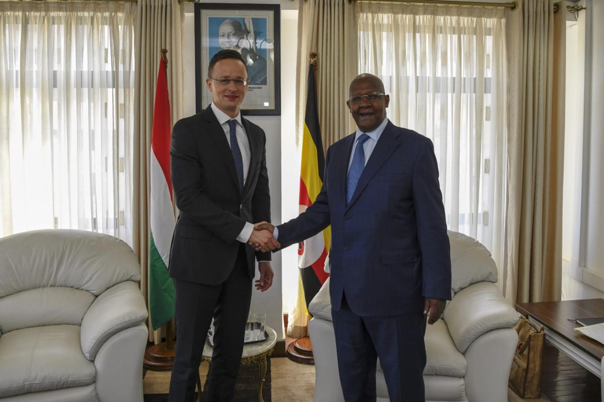 A Külgazdasági és külügyminisztérium által közzétett képen Sam Kutesa ugandai külügyminiszter (j) fogadja Szijjártó Péter Külgazdasági és külügyminisztert Kampalában 2019. március 12-én.