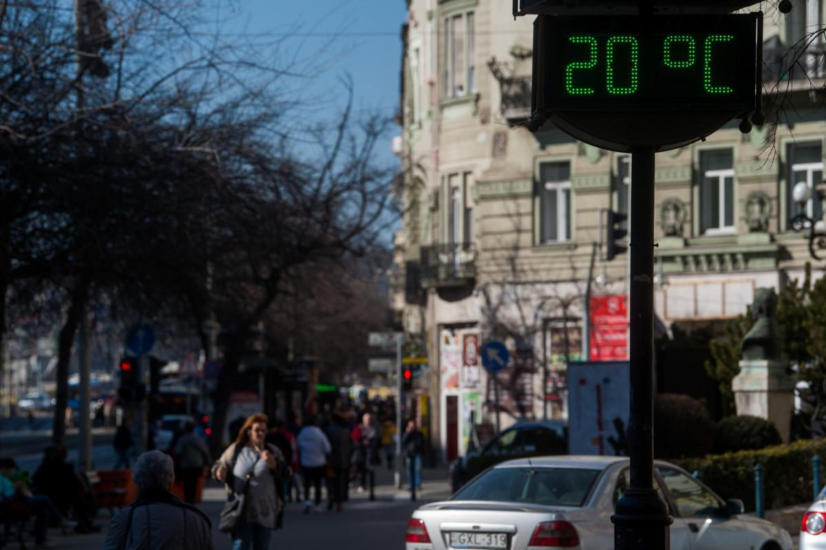 Utcai hőfokmérő a tavaszias napsütésben Budapesten a Szent István körúton 2019. február 28-án.
