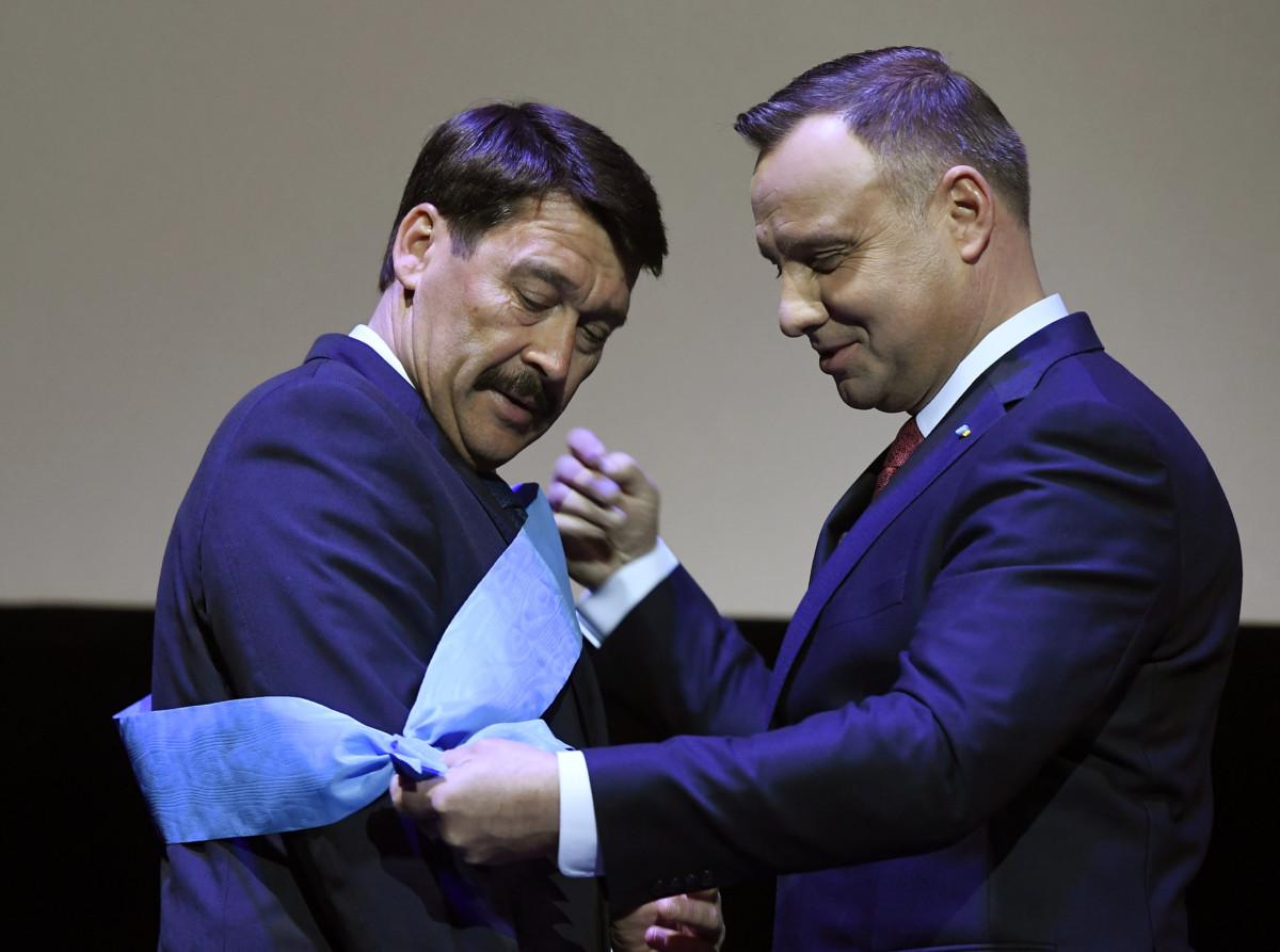 Andrzej Duda lengyel államfő (j) átadja a legmagasabb lengyel állami kitüntetést, a Fehér Sas-rendet Áder János köztársasági elnöknek a lengyel-magyar barátság napja alkalmából rendezett gálaesten a Kielcei Táncszínházban 2019. március 22-én.