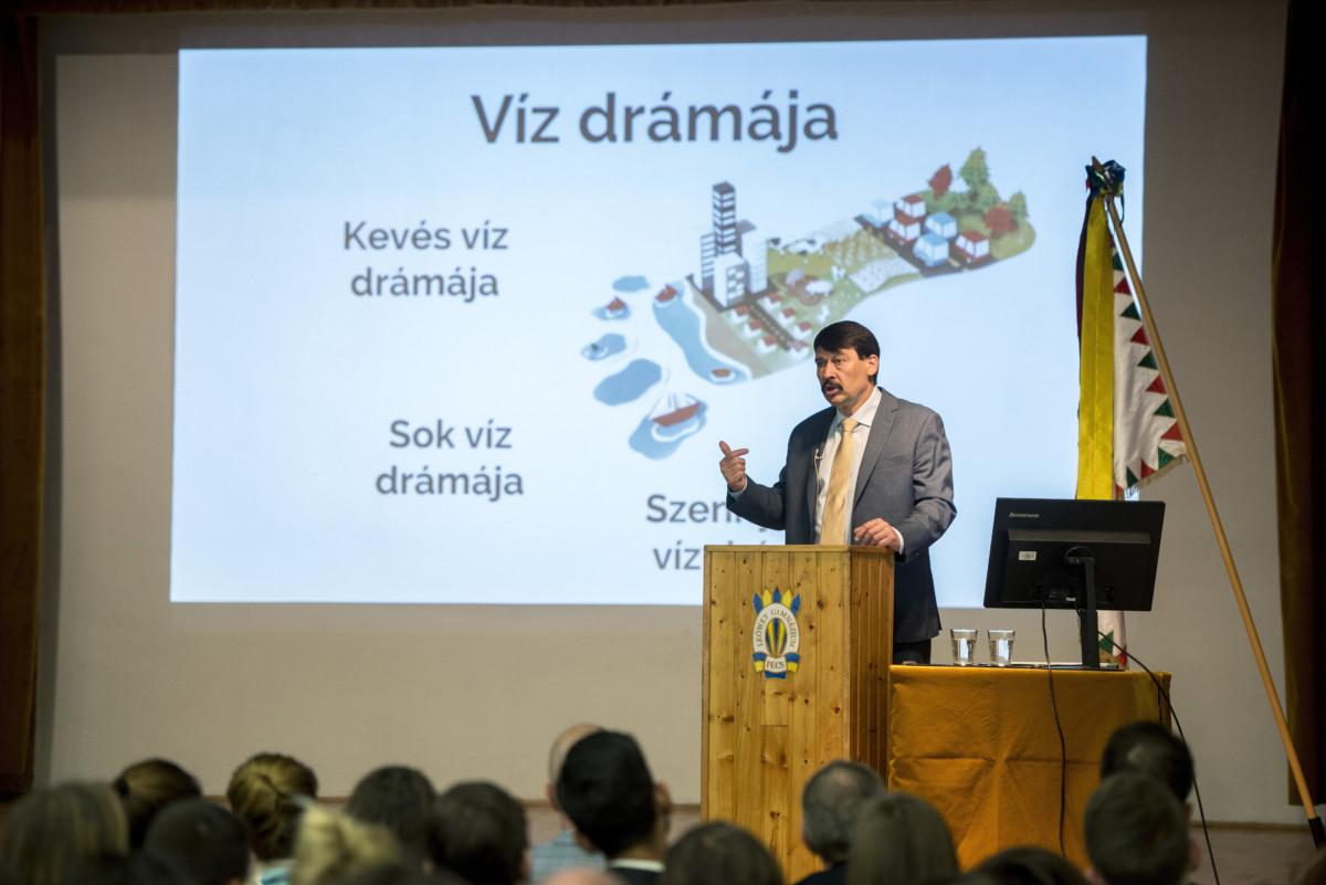 Áder János köztársasági elnök előadást tart a klímaváltozásról a pécsi Leőwey Klára Gimnáziumban 2019. március 20-án.