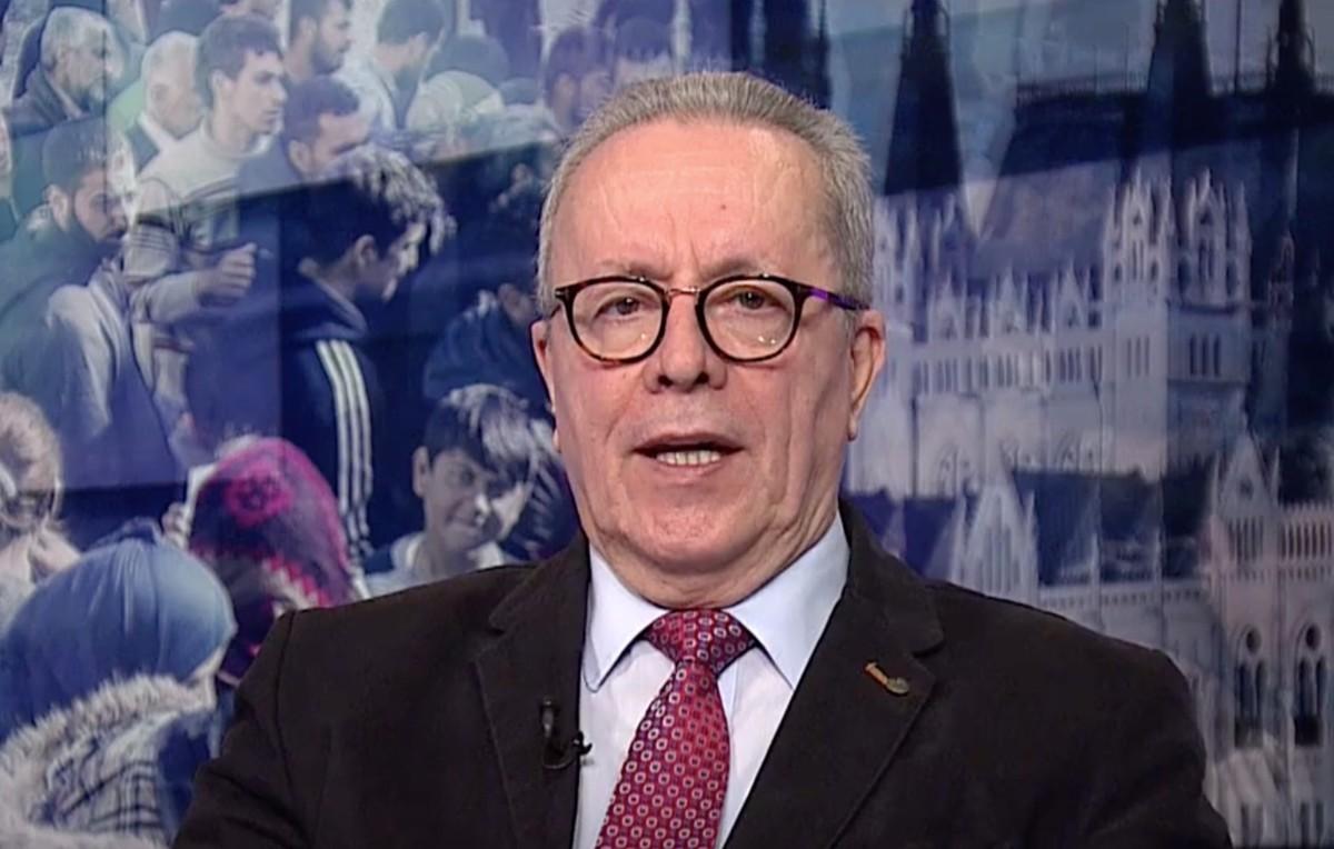 Bakondi György a közmédia stúdiójában.