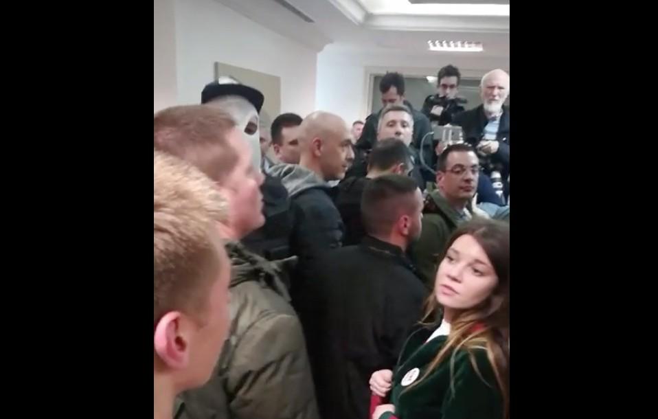 A szerb tüntetők behatoltak az állami tévé központjába