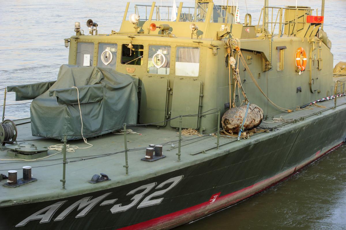 A Duna budafoki szakaszán kiemelt két világháborús bomba egyike a hatástalanítás után a honvédség AM-31-es tűzszerész hadihajójának fedélzetén a XXII. kerületi partszakasznál 2019. március 23-án.