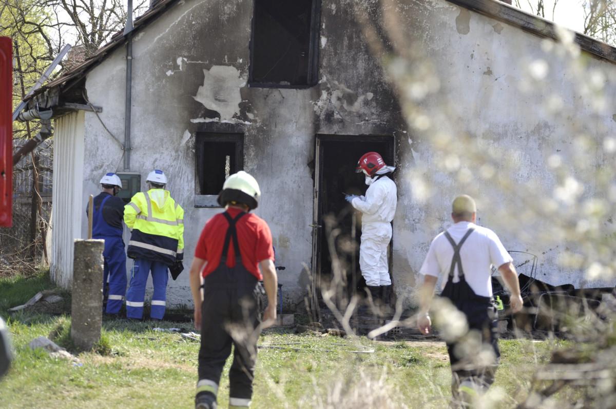 Tűzoltók dolgoznak egy dömsödi családi háznál 2019. március 24-én, miután az épületben tűz keletkezett.