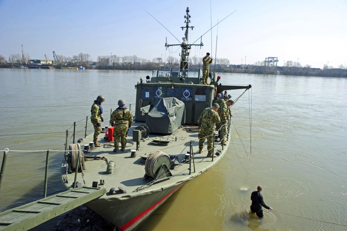 A Magyar Honvédség tűzszerészei és búvárai megkezdik a Dunában talált robbanótestek kiemelését Budapest XXII. kerületében 2019. március 23-án.