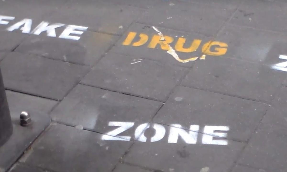"""""""Fake drug zone"""" feliratokat festett Bence és Dani a Kazinczy utcában, eljárás indult ellenük"""