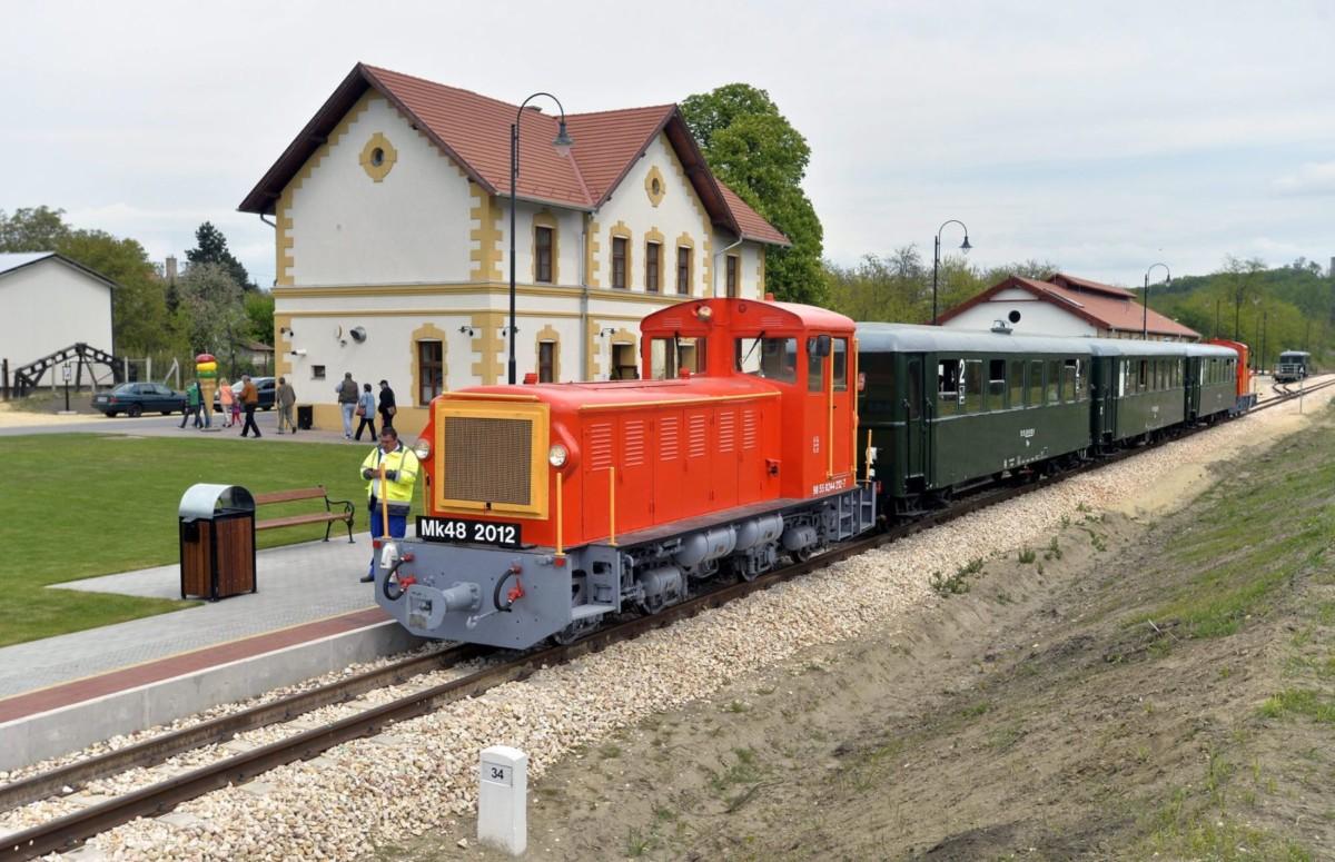 Mk48-as sorozatú dízelmozdonyok által vontatott személyvonat áll az egykori Alcsút-Felcsút, ma Felcsút vasútállomáson a Vál-völgyi kisvasút első üzemnapján 2016. május 1-jén.