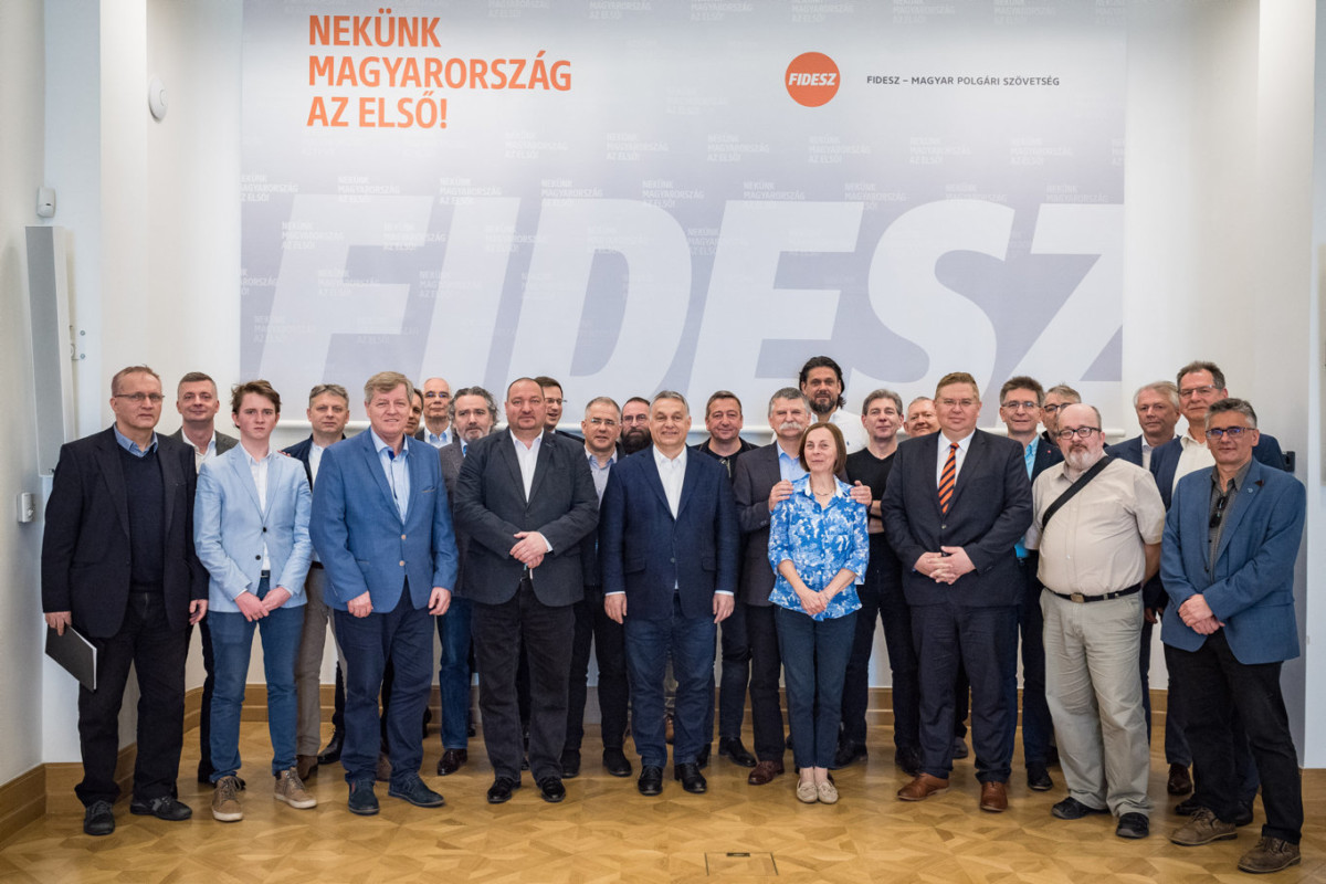 Orbán Viktor miniszterelnök, a Fidesz elnöke (elöl k), Kövér László, az Országgyűlés elnöke, a Fidesz országos elnökségének tagja (j12), Kósa Lajos, a Fidesz országos elnökségének tagja (második sor k), Németh Szilárd, a Honvédelmi Minisztérium (HM) parlamenti államtitkára, a Fidesz országos elnökségének tagja (első sor b4), Stumpf István, az Alkotmánybíróság tagja (első sor b3) a párt 31. születésnapi ünnepségén a Fidesz Lendvay utcai székházában 2019. március 30-án.