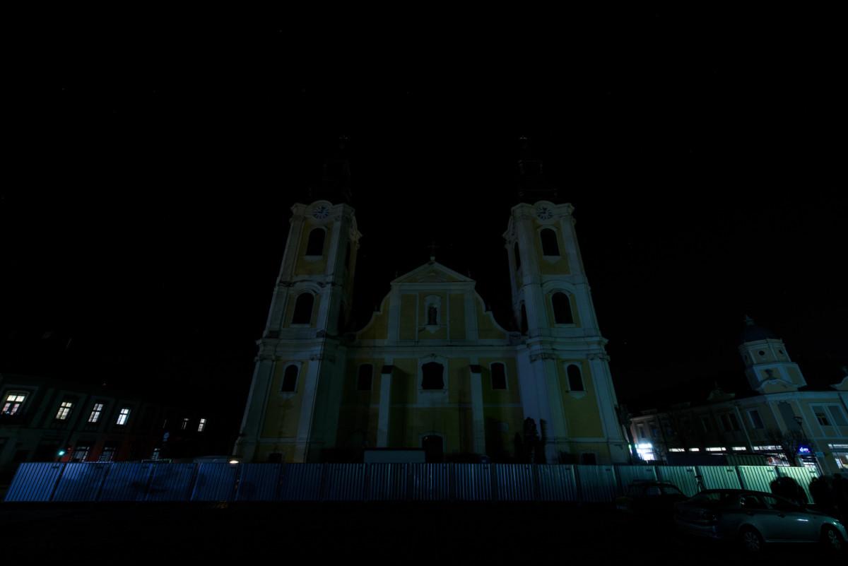 A kivilágítatlan gyöngyösi Szent Bertalan-templom a Föld órája elnevezésű akció közben 2019. március 30-án.