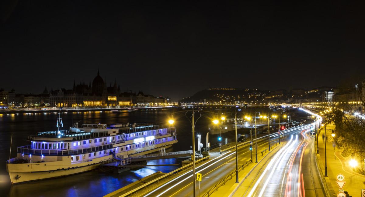 A kivilágítatlan Budapest a Föld órája elnevezésű akció közben 2019. március 30-án.