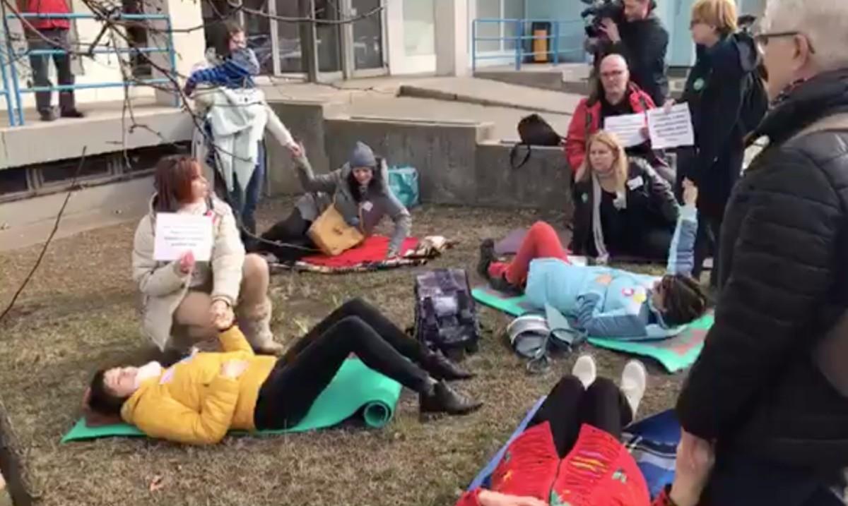 Reagált az egészségügyi ellátó a kórház előtt tiltakozó anyák akciójára