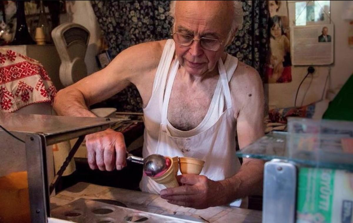 Máig siratják Illés bácsi, a mellszőrben fagyit mérő cukrász üzletét