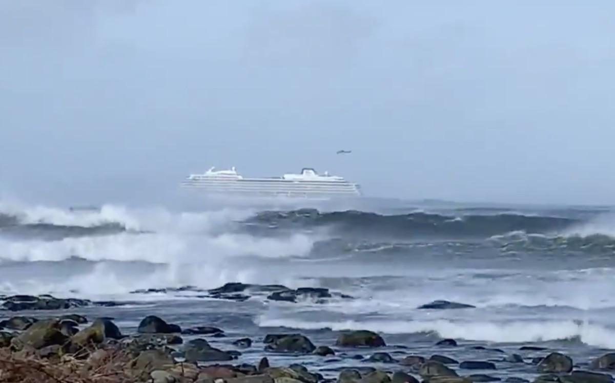 1300 emberrel a fedélzetén vált irányíthatatlanná egy óceánjáró a norvég partoknál