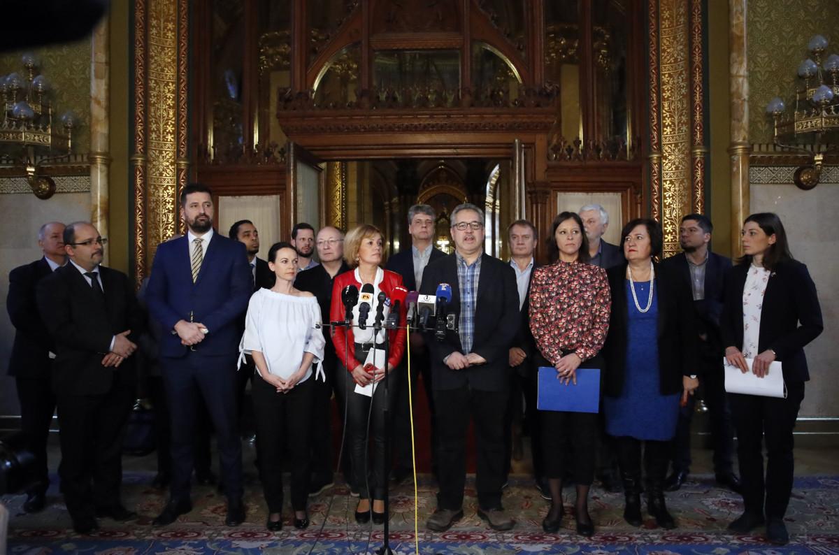 Ellenzéki képviselők sajtótájékoztatót tartanak az Országgyűlés plenáris ülése közben a Parlamentben 2019. március 4-én.