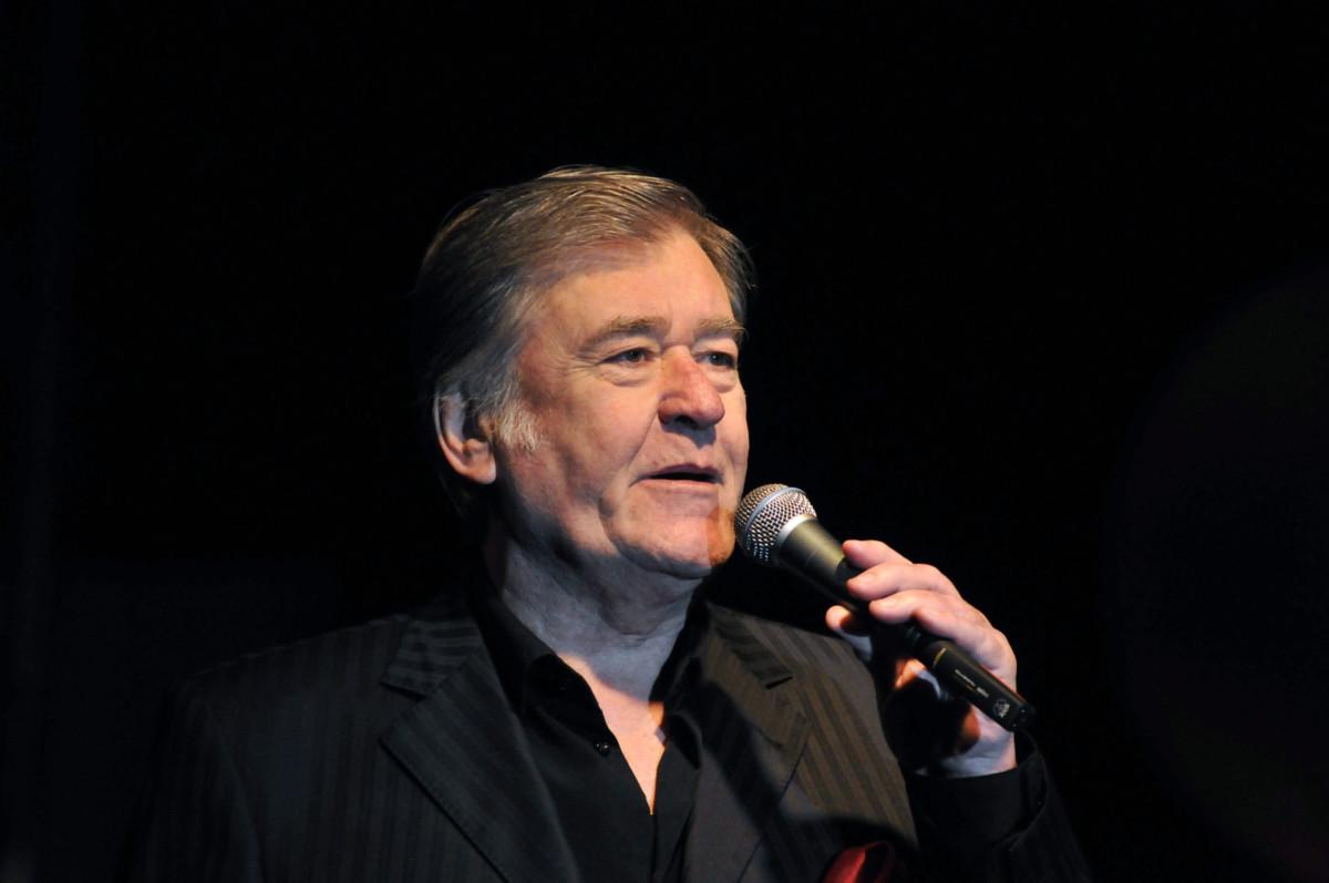 Rövid ideig tartó betegség után, 81 éves korában elhunyt Koós János táncdalénekes, parodista-színész. A felvétel a szolnoki Városi Sportcsarnokban megrendezett Táncdalfesztivál anno... című koncerten készült 2009. február 14-én.