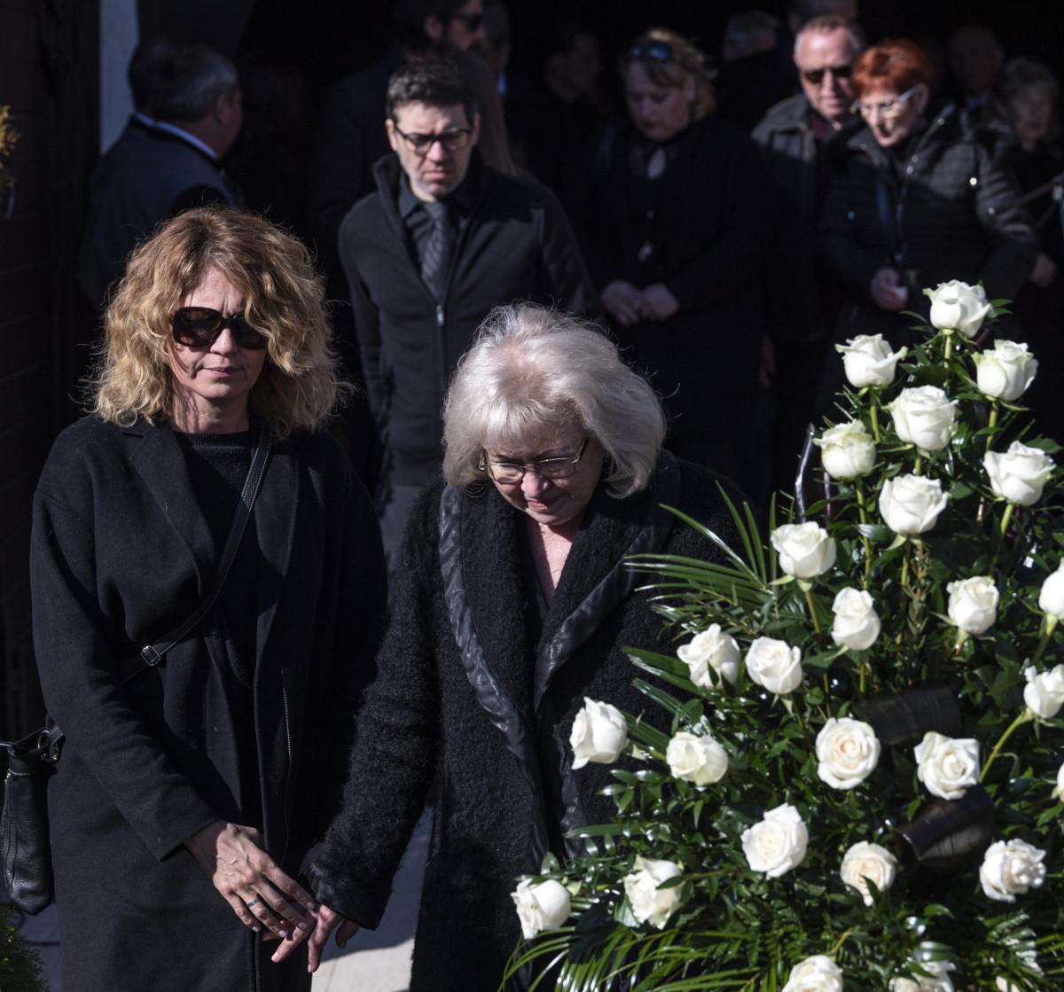 Dékány Sarolta énekesnő, Koós János özvegye (k) és lánya, Koós Réka színművész (b) Koós János táncdalénekes, előadóművész, humorista, színész temetésén a Farkasréti temetőben 2019. március 20-án.