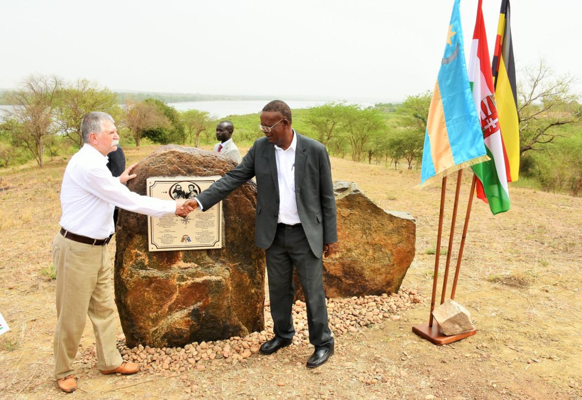 Az Országgyűlés Sajtóirodája által közreadott képen Kövér László, az Országgyűlés elnöke (b) és Ephraim Kamuntu ugandai turisztikai miniszter felavatja Sass Flóra (Lady Florance Baker) emléktábláját az ugandai Murchison Nemzeti Parkban, a Nílus partján 2019. március 2-án. Sass Flóra 155 évvel ezelőtt, első európai nőként jutott el a Murchison vízeséshez.