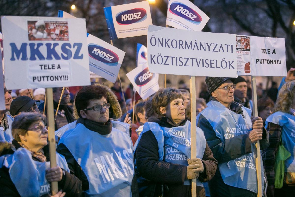 Sztrájkolnak a köztisztviselők, délelőtt a Parlamenthez vonulnak