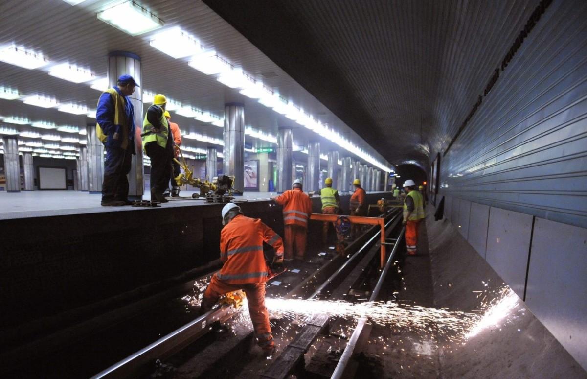 Dolgoznak a 3-as metró vonalán.